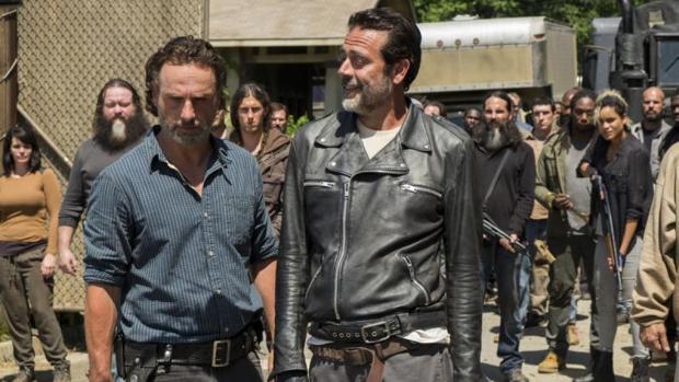 Fotograma de The Walking Dead en el que aparecen Andrew Lincoln y Jeffrey Dean Morgan