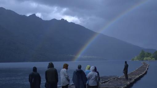 Los concursantes contemplan el arcoíris durante el episodio 7 de «El Puente»