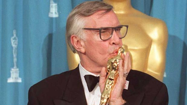 Martin Landau besándo el Oscar que recibió en 1995