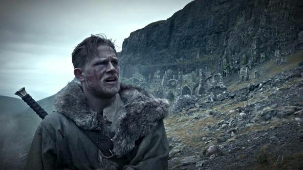 Charlie Hunnam es el actor que interpreta a Arturo en la película «Rey Arturo: La leyenda de Escalibur»