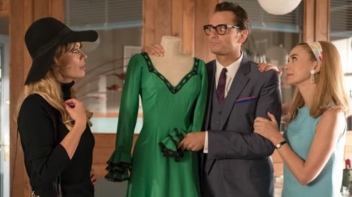Patricia Conde (Brigitte Bardot) junto a Raúl de la Riva (Asier Etxeandia) y Clara Montesinos (Marta Hazas) en el nuevo taller de alta costura de las renovadas galerías «Velvet»
