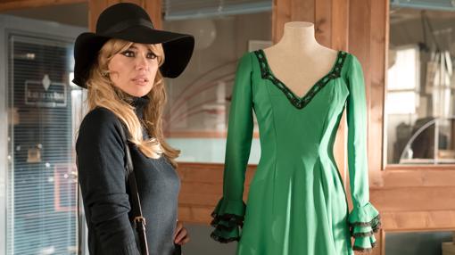 Patricia Conde (Brigitte Bardot) en el taller de alta costura de «Velvet Colección»