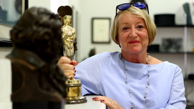 Yvonne Blake, junto al Oscar que decora su despacho