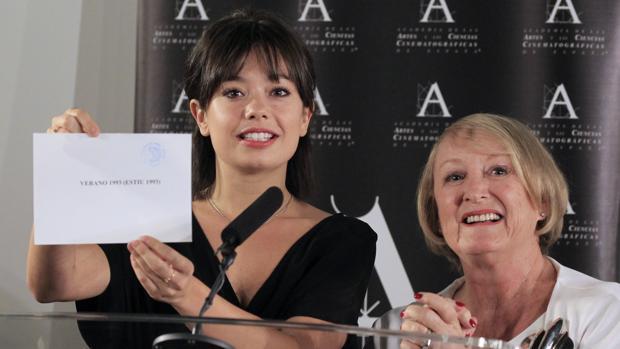 Yvonne Blake, a la derecha, junto a la actiz Anna Castillo, en el momento de anunciar a «Verano 1993» como película que representará a España en los Oscar
