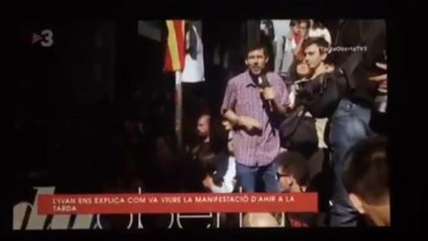 Captura del vídeo en el que puede verse al periodista antes de subir al vehículo