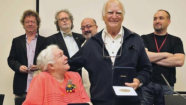 Antonio Isasi-Isasmendi, durante la recepción de un premio