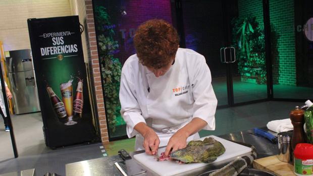 Uno de los concursantes corta la carne de iguana en directo