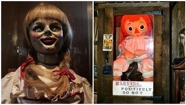 La Annabelle de la película (izda) y la real, en el museo Warren (dcha)