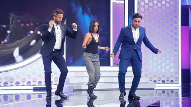 Becky G, en el centro, con Roberto Leal y David Bustamante