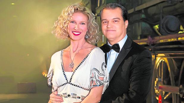 Anne Igartiburu y Ramón García posan antes de sus últimas campanadas juntos, en 2015