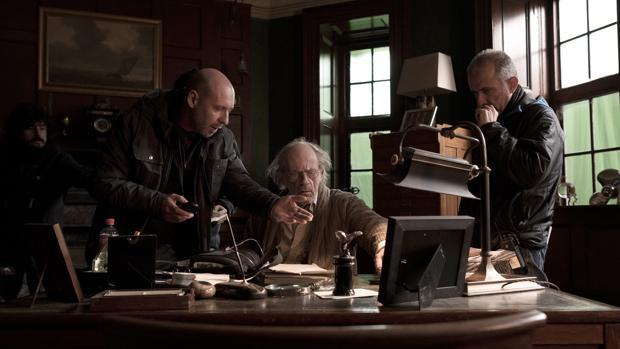 El director Jaume Balagueró da indicaciones al actor Christopher Lloyd («Doc» en «Regreso al futuro») durante el rodaje de «Musa»