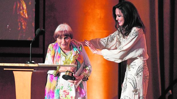 Agnès Varda recibió el Oscar honorífico de manos de Angelina Jolie