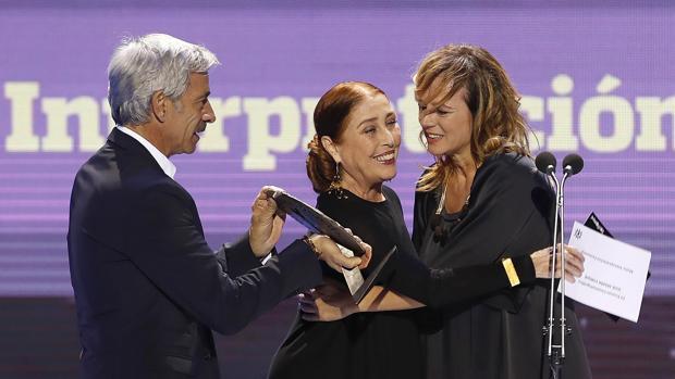 Imanol Arias y Verónica Forqué otorgan el premio a Mejor Interpretación Femenina a Emma Suárez el pasado año
