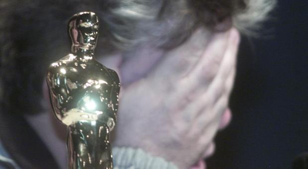 Pedro Almodóvar con su Oscar