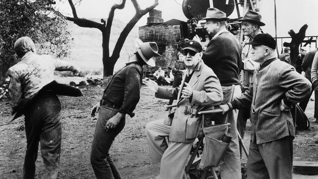 John Ford mira a cámara durante el rodaje de El hombre que mató a Liberty Valance