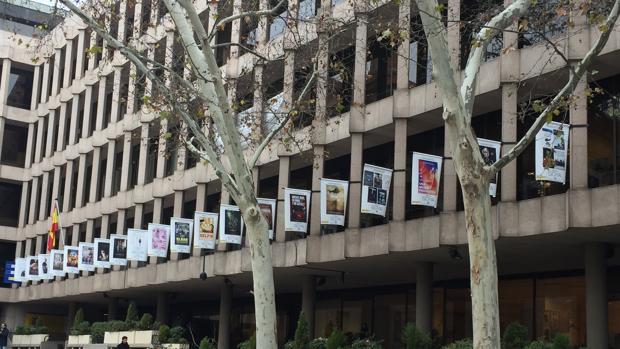 El Ministerio de Educación, Cultura y Deporte, caracterizado con los carteles de las nominadas a los Goya