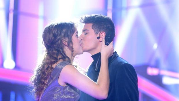 El beso de Amaia a Alfred tras su actuación en pareja en la gala de Operación Triunfo (OT 2017)