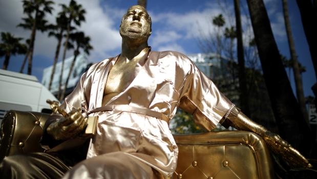 La estatua de Weinstein cerca de donde se entregan los premios Oscar 2018