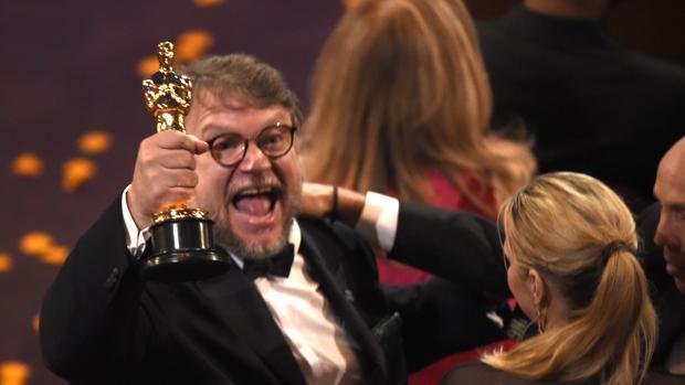 Guillermo del Toro levanta su Oscar como mejor director