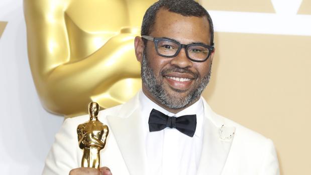 Jordan Peele posa con su Oscar