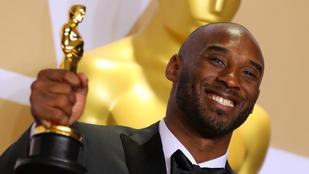 Kobe Bryant, junto a su Oscar