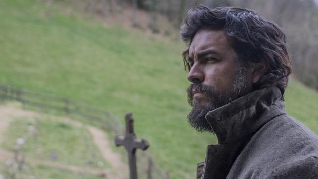 Mario Casas es Martinón, un huraño hombre de las montañas