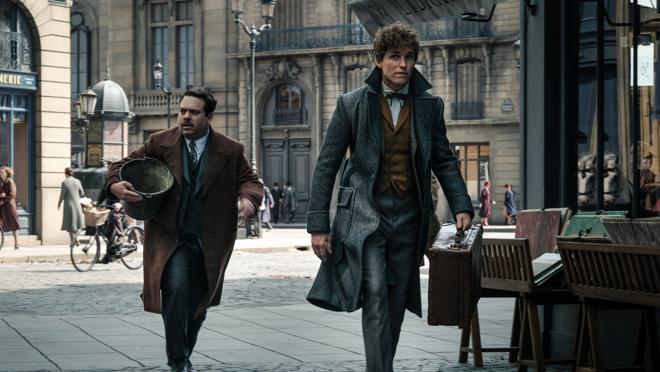 Dan Fogler como Jacob y Eddie Redmayne como Newt en Animales fantásticos y dónde encontrarlos 2: Los crímenes de Grindelwald