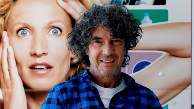 Éric Lavaine, junto al cartel de su nueva película, «Historias de una indecisa»