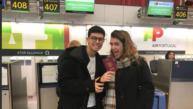 Alfred y Amaia en el aeropuerto de Madrid antes de partir hacia las portuguesas islas Azores