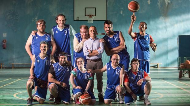 La pandilla de «Campeones» con su entrenador, Javier Fesser