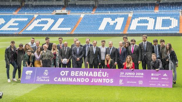 Foto de familia de los concursantes de OT 2017 y los representantes del Real Madrid en el Bernabéu