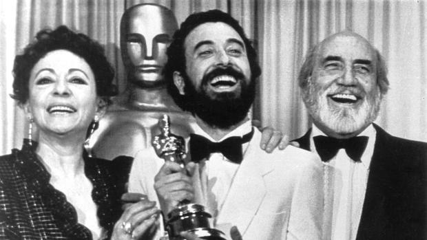La acriz Encarna Paso, el director José Luis Garci y el actor Antoni Ferrandis posan el 11 de abril de 1983 con el Oscar por su película «Volver a empezar»