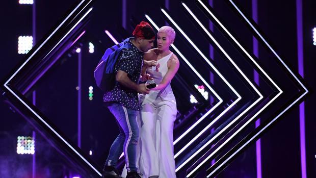 Un espontáneo ha saltado al escenario de Eurovisión para quitarle el micrófono a SuRie, la representante de Reino Unido