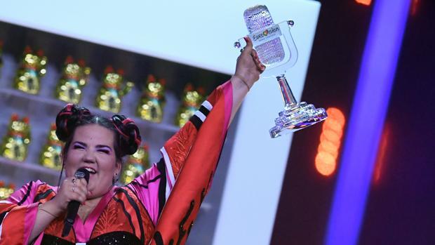 La representante de Israel de Eurovisión 2018, Netta, celebrando su triunfo en la final