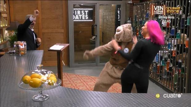 Sara bailando con el «Osito Perreo» cuando llegó a First Dates
