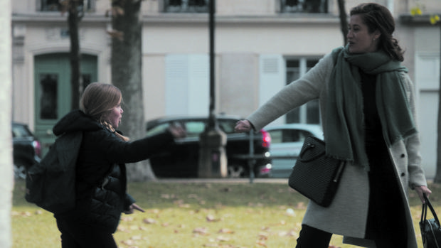 Escena de «La número uno», con la protagonista, una alta ejecutiva, recogiendo a su hija en el colegio