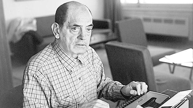 Buñuel, ante su inseparable máquina de escribir a finales de los 60
