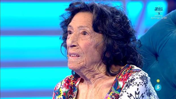 Isabel, a sus 96 años, mantiene una gracia y una energía juvenil