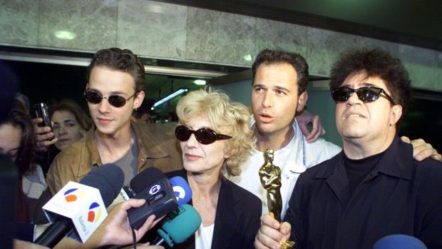 Carlos Lozano (el tercero en la imagen), junto a Eloy Azorín, Marisa Paredes, Pedro Almodóvar y el Oscar por «Todo sobre mi madre»