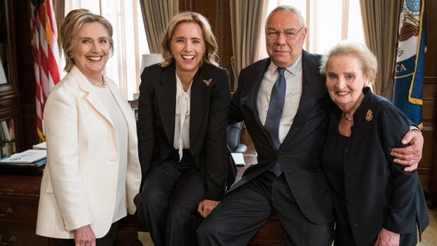 La secretaria de Estado ficticia (Téa Leoni) de «Madam Secretary» junto a tres verdaderos exsecretarios