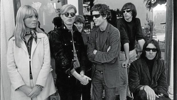 Los integrantes de The Velvet Underground, con la modelo Nico y Andy Warhol a la izquierda