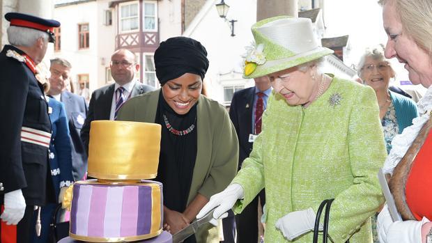 La reina Isabel II con la ganadora de «The Great British Bake Off»