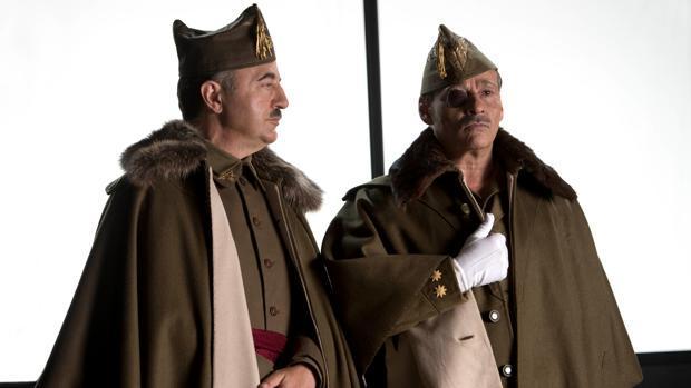 Santi Prego y Eduard Fernández caracterizados como Franco y Millan Astray en la película «Mientras dure la guerra»