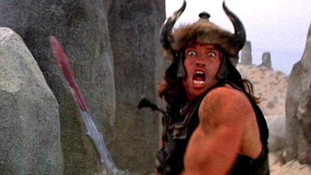 Arnold Schwarzenegger en plena acción en «Conan el Bárbaro»