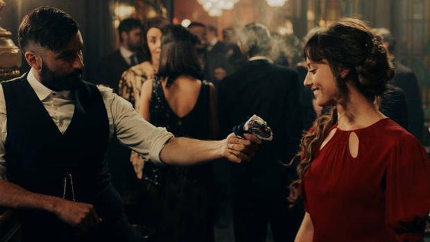 Michelle Jenner y Álex García en una de las escenas de «El continental»