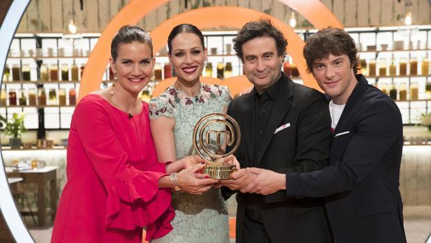 Los jueces, junto a la presentadora Eva González, mostrando el premio de «MasterChef Celebirty 3»