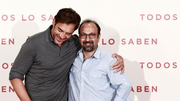 Javier Bardem con el director Asghar Farhadi en la presentación de «Todos lo saben» en Madrid