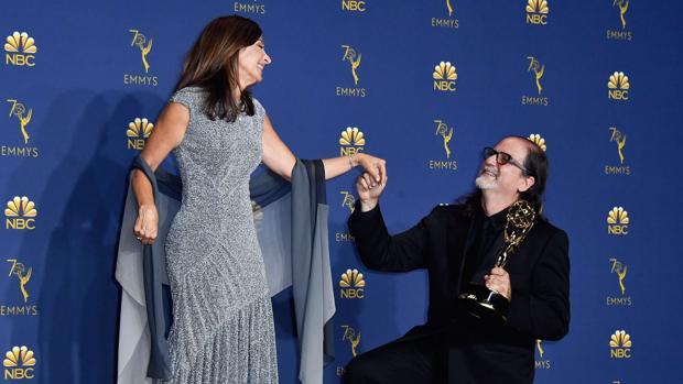 Glenn Weiss y su prometida posan en los Premios Emmy 2018