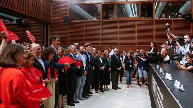 Autoridades y cineastas en la firma de la Carta por la paridad en el Festival de San Sebastián