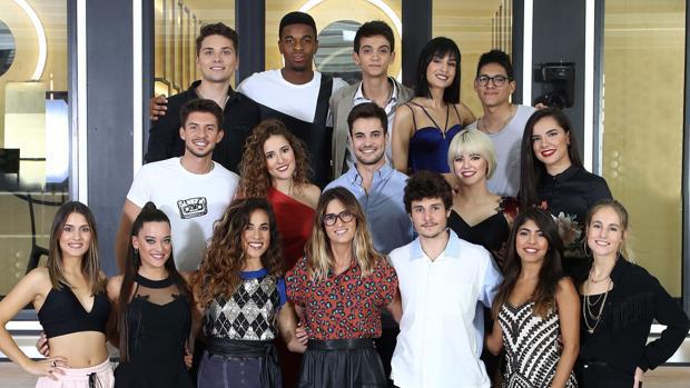 Los 16 concursantes de «OT 2018» junto a la directora de la Academia, Noemí Galera